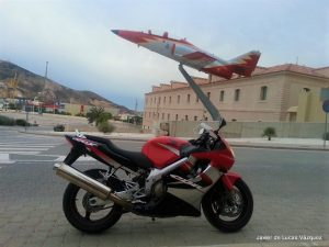 En Cartagena , junto a un avión de la Patrulla Águila del Ejercito del Aire.