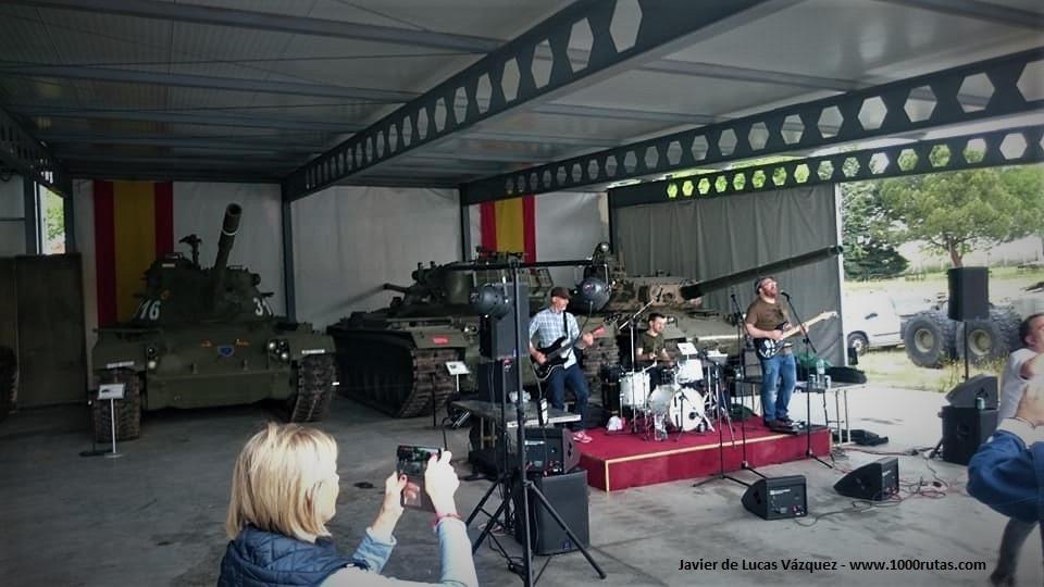 Música y vehículos militares en medio de un ambiente muy festivo.