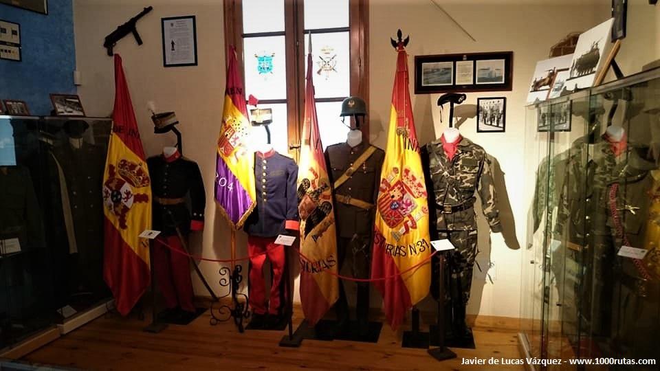 Uniformes y banderas en una sala del museo dedicada al convulso siglo XX .