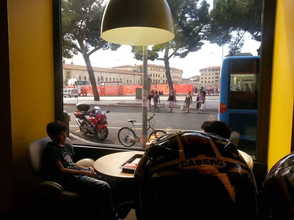 Comiendo, con la moto cargada a la vista