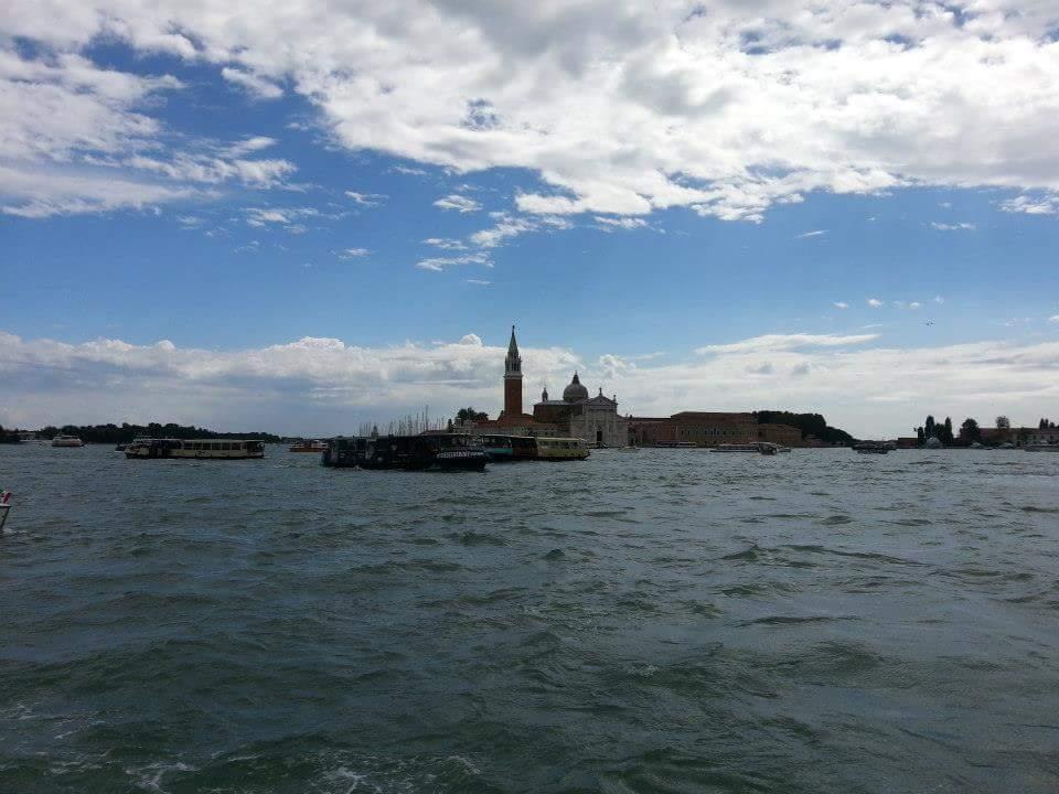 La torre de la Plaza de San Marco de Venecia dominando sobre la laguna
