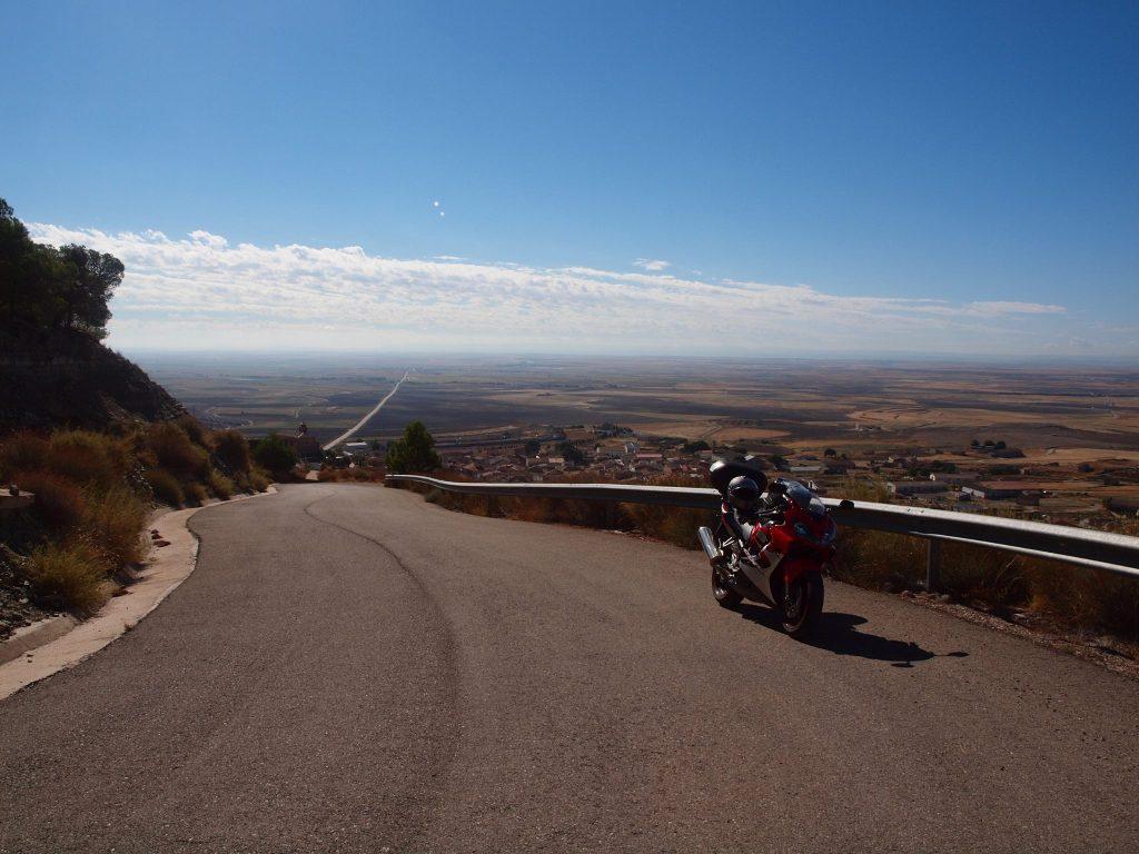 Ascendiendo por la empinada carretera a la Ermita de Santa Quiteria en La Almolda