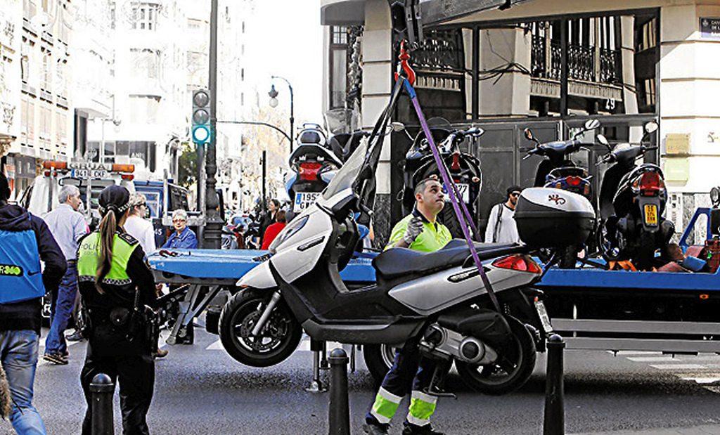 Retirada de motos por la grua municipal