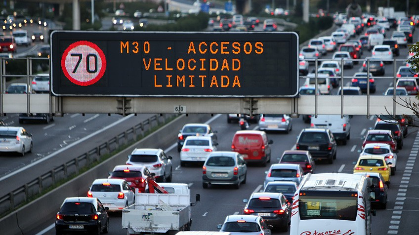 Atascos en la M30 de Madrid durante las restricciones de velocidad.