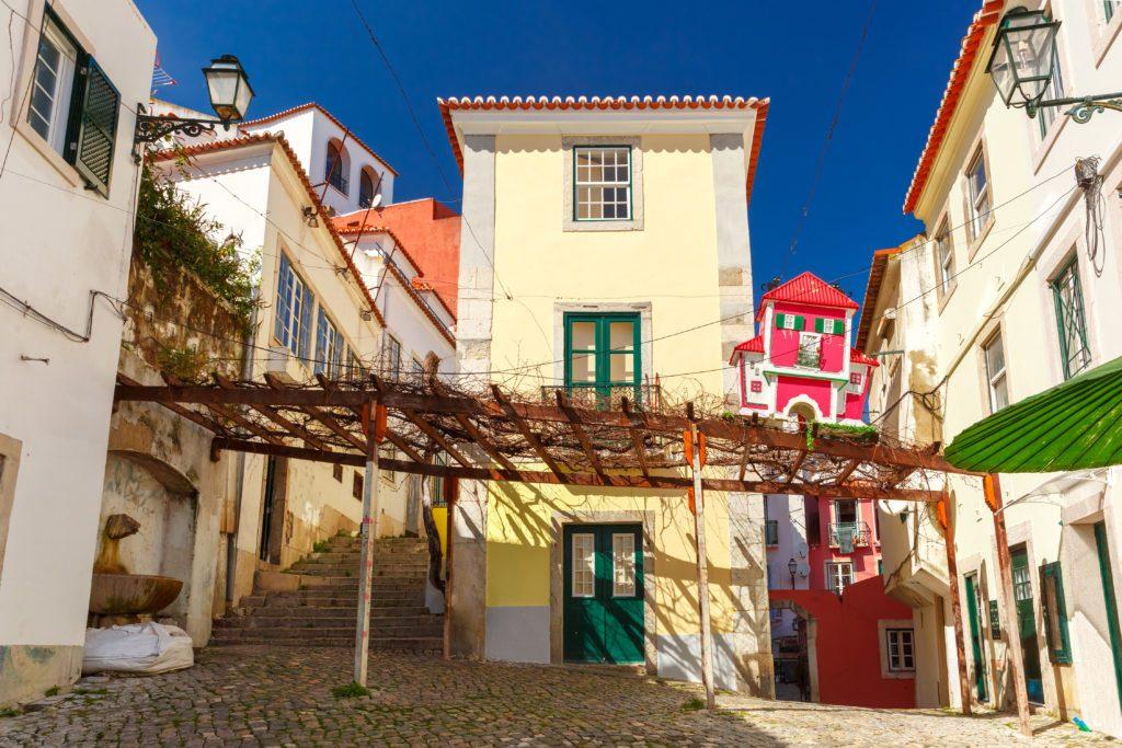 El histórico barrio de Alfama, en Lisboa, con sus pintorescas calles empinadas y casas coloridas.