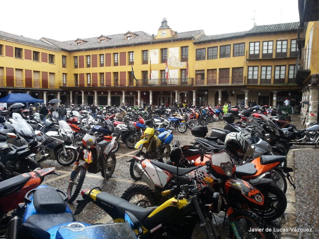 Plaza Mayor de Tordesillas repleta de motos