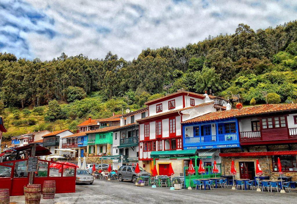 Fachadas coloridas del pequeño pueblo de Tazones