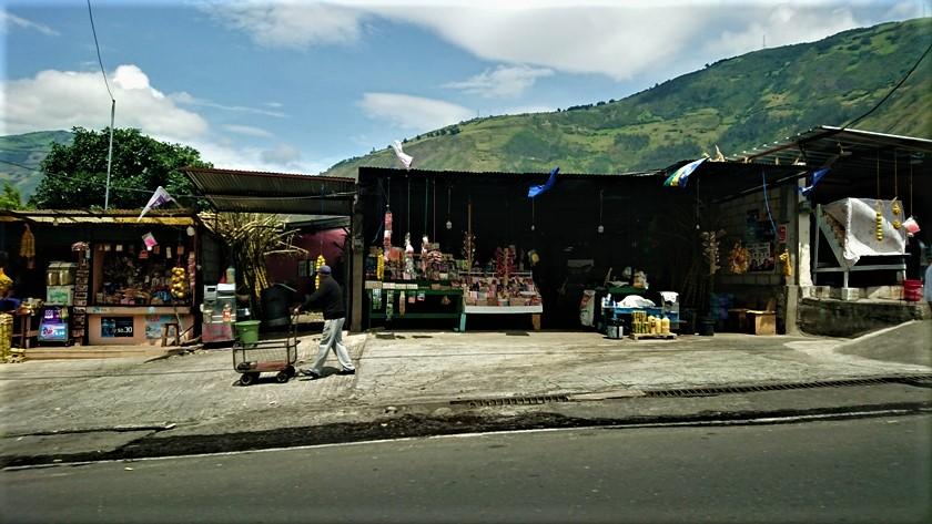 Puestos de frutas, caña de azúcar y artesanías en los Andes ecuatorianos.