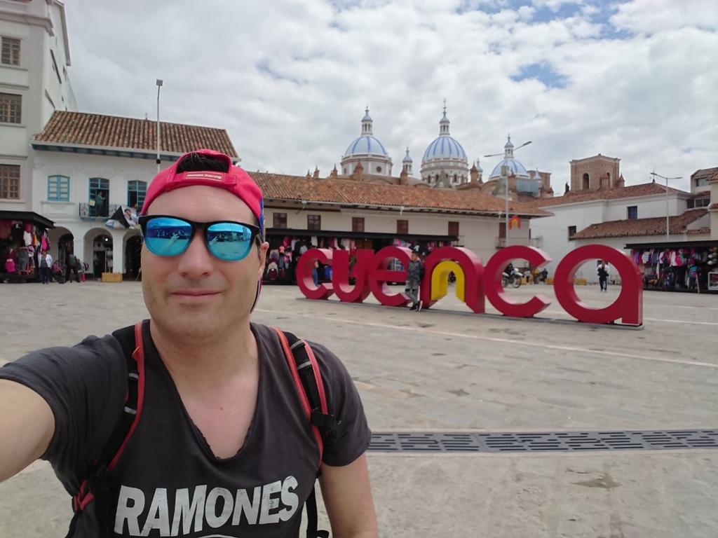 El turístico cartel de Cuenca en la Plaza de San Francisco, con la Catedral de fondo.