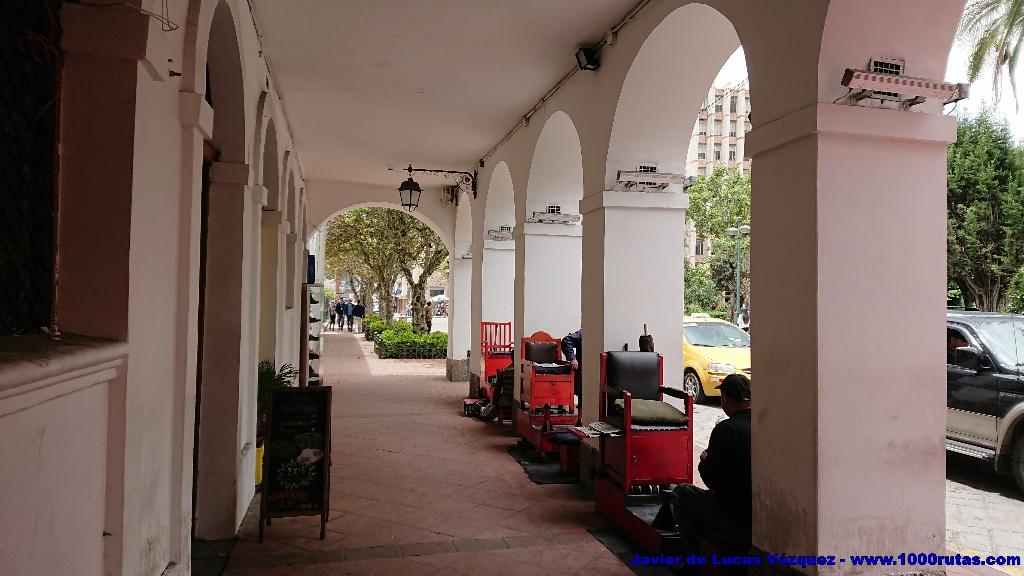 Limpiabotas en los soportales de la calle Luis Cordero, en la plaza Calderón