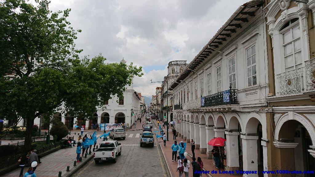 A lo largo de las calles Simón Bolívar o Gran Colombia se suceden los edificios de distintas épocas y estilos arquitectónicos