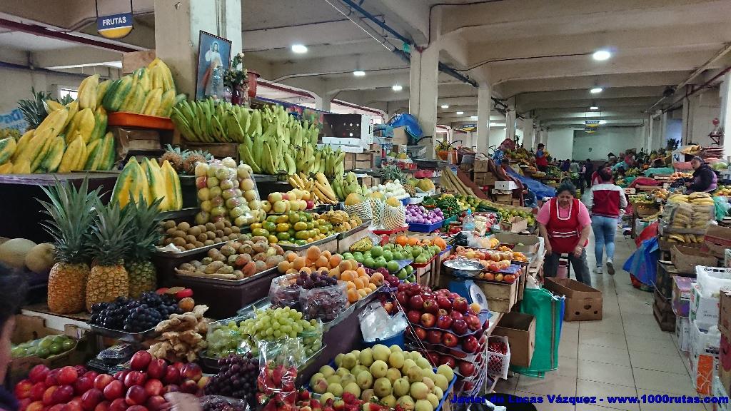 Frutas, hortalizas y toda clase de alimentos y cachivaches se agolpan en los apretados pasillos.