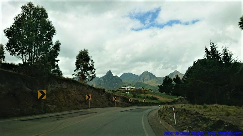 Desde el altiplano se divisan cercanas las cumbres rocosas.