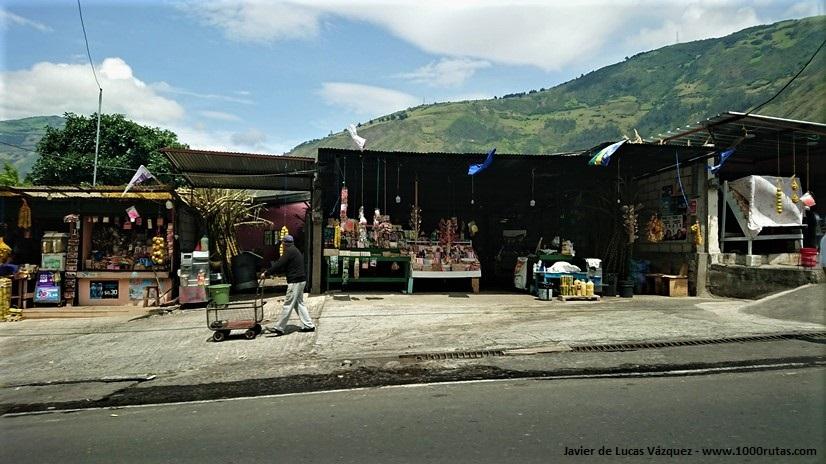 Puestos de comidas, bebidas, artesanías, etc.. La carretera es una fuente de ingresos para las economias familiares