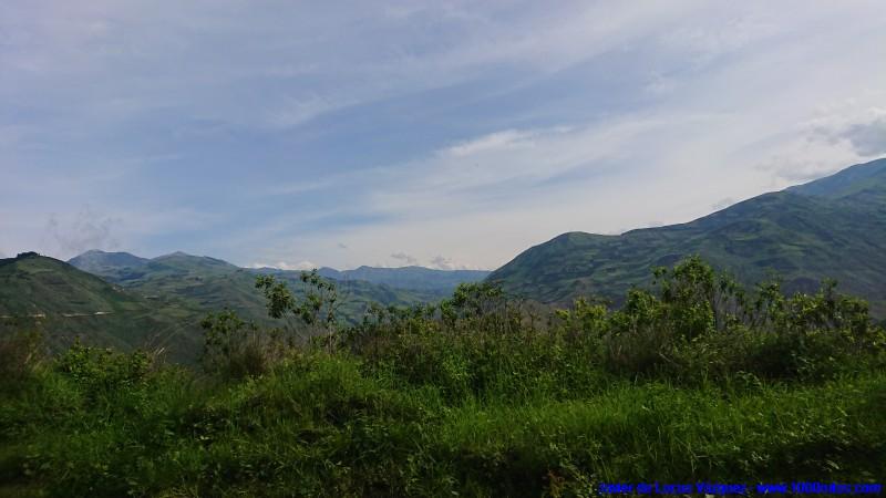 A media altura se divisan los altos de montaña, los valles ni si llegan a apreciar si no nos asomamos al borde de la carretera.