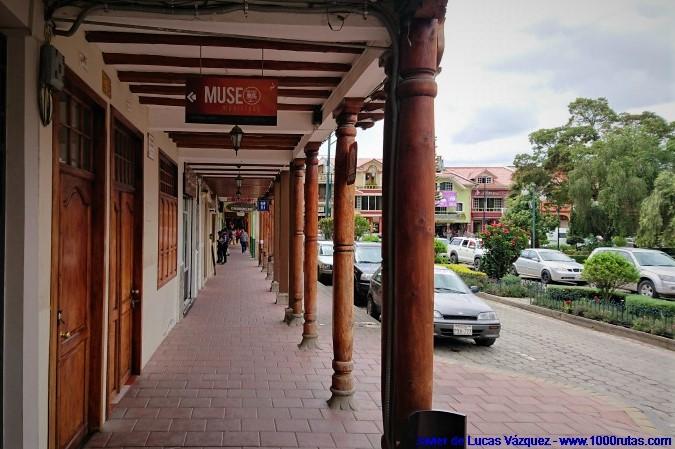 Las plazas porticadas, entorno al parque principal de la localidad, son comunes en toda Hispanoamérica.
