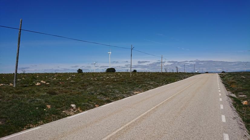Los molinos de viento se dibujan en la lejanía.