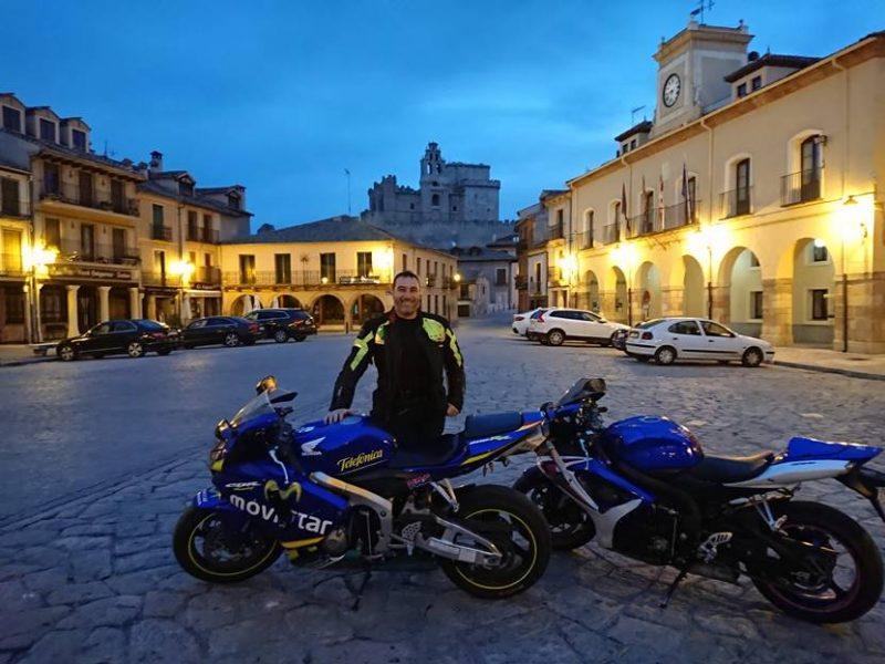 Anochece en la Plaza de Turégano, con el Castillo dominando el municipio