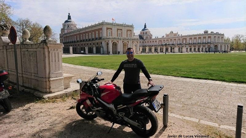 Junto a la fachada principal del Palacio de Aranjuez