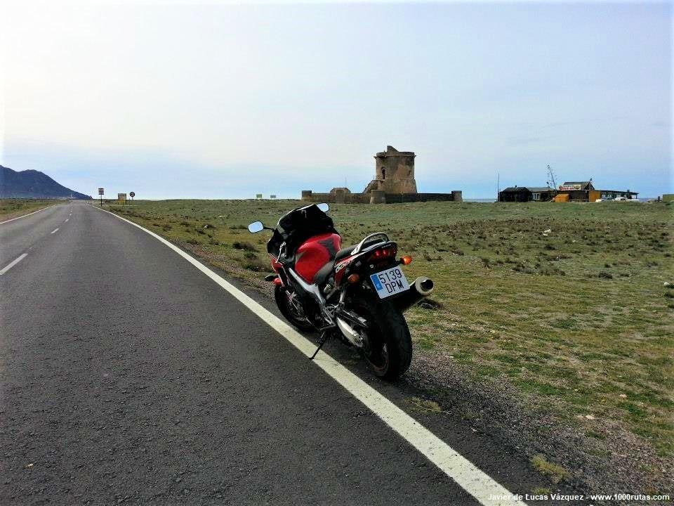 Llegando al Torreón de antiguo cuartel de la Guardia Civil, junto al mar.