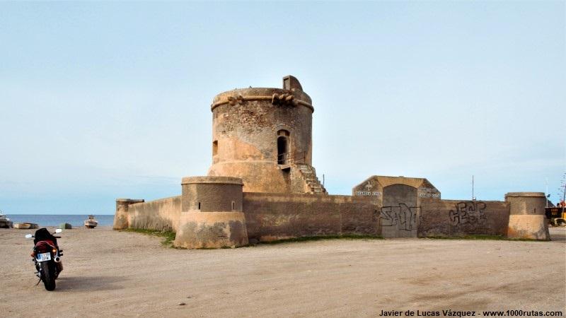 Antiguo Cuartel de la Guardia Civil junto a la playa.