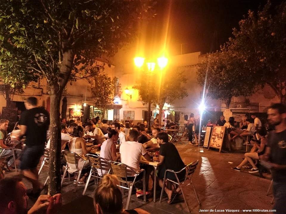 Ambiente nocturno de Tarifa. Las plazas abarrotadas de gente en las terrazas.