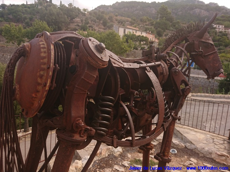 Escultura de caballo mecánico