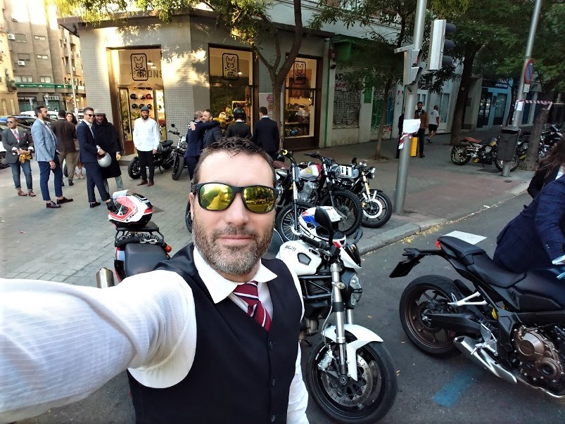 A la puerta del Irons Cafe Racer de Madrid