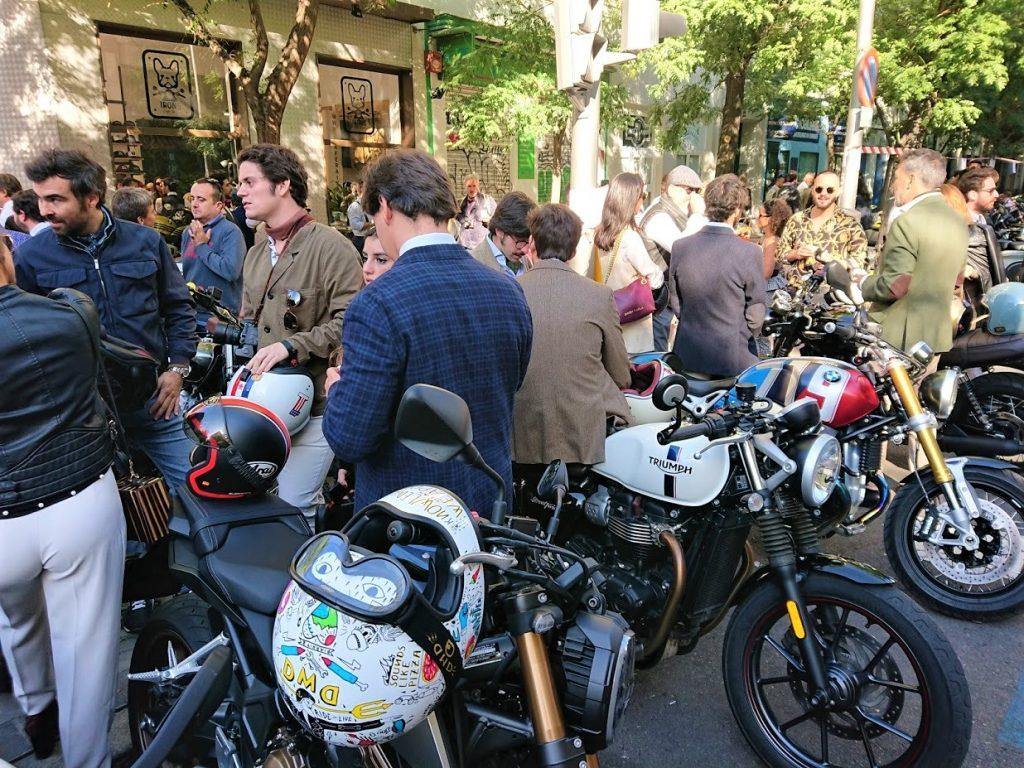 Motos y asistentes a la puerta del Irons Cafe Racer