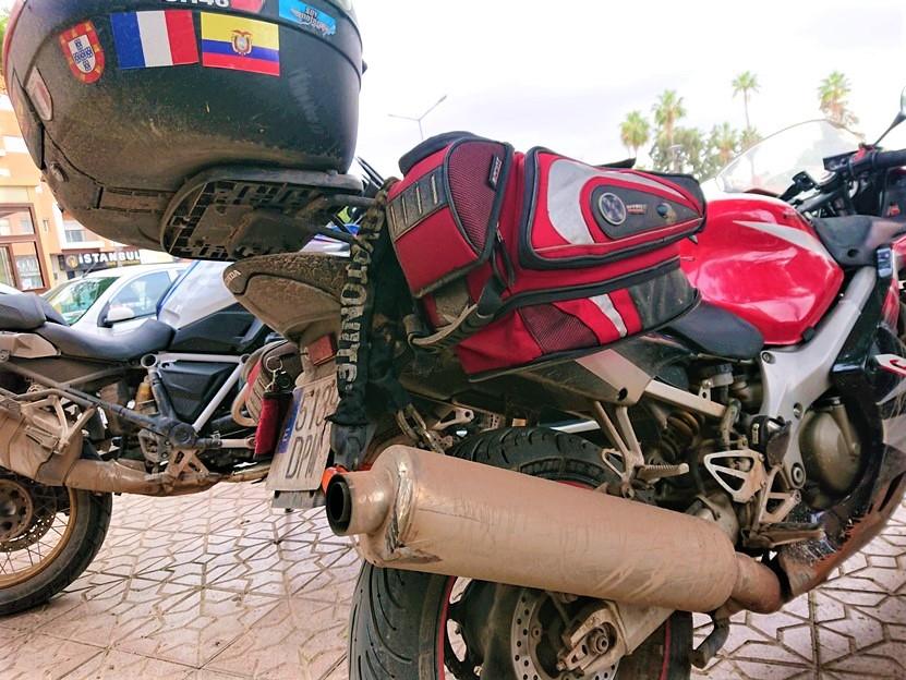 Motos cubiertas de barro tras el paso de la Cordillera del Atlas