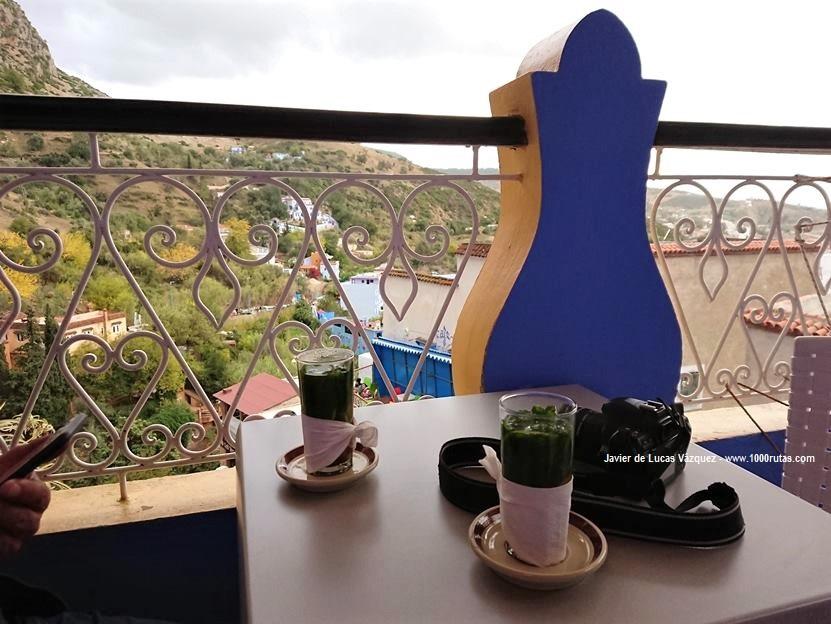 Tomando el Té y contemplando Chaouen desde la terraza