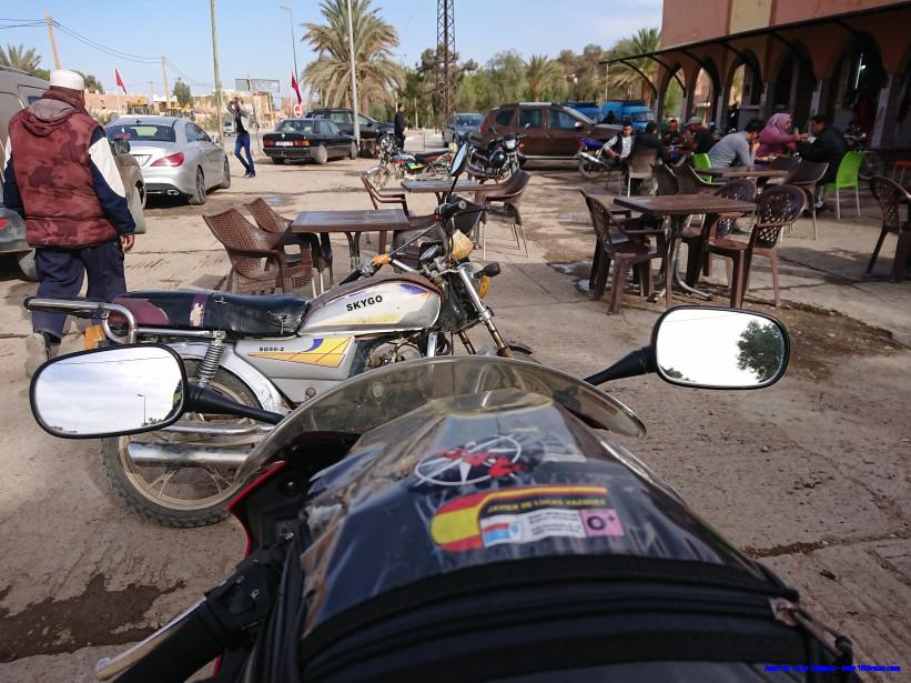 Comiendo en ruta en medio del sureste marroquí
