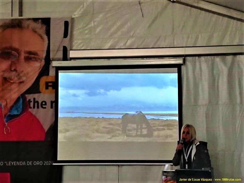Sonia Barbosa hablando de Kirguistán durante la presentación de su libro