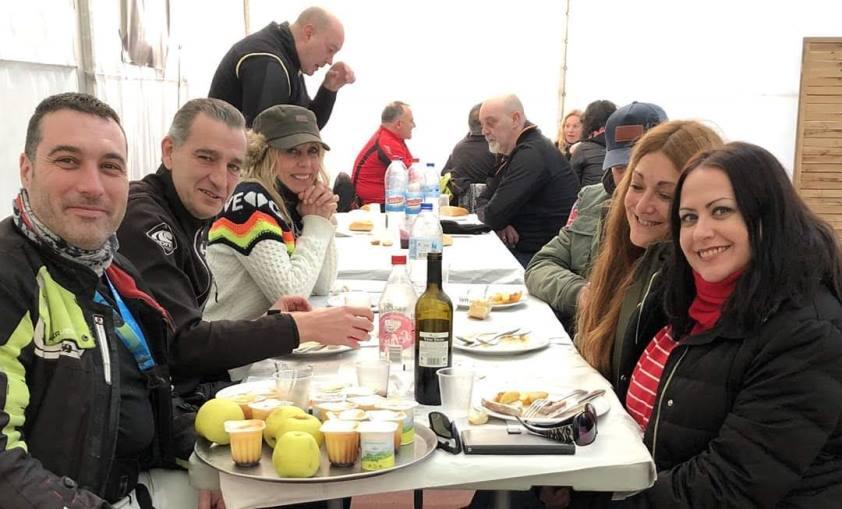 Comiendo con Alicia , Miguel, Mertxe y demas amigos
