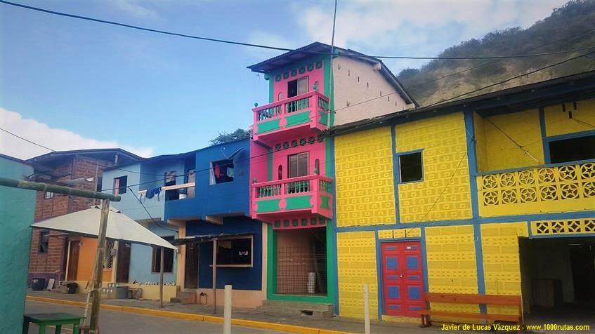 Casas de colores en La Entrada (Ecuador)
