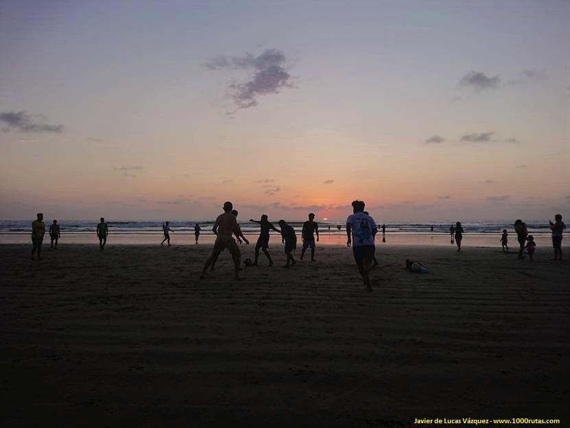 Anochece en la playa de Olón