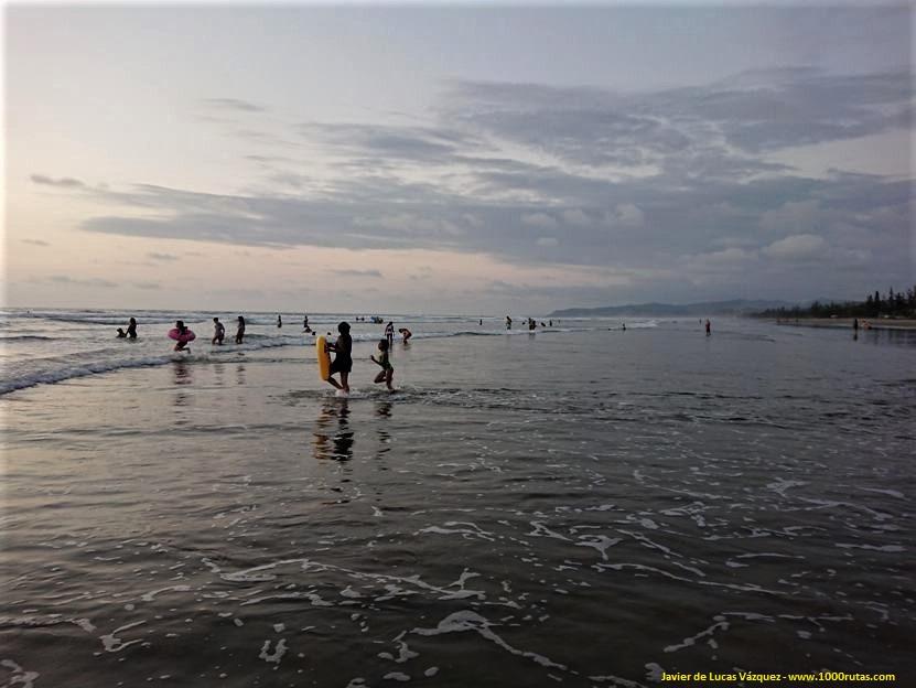 Familias disfrutando del mar con los últimos rayos de sol