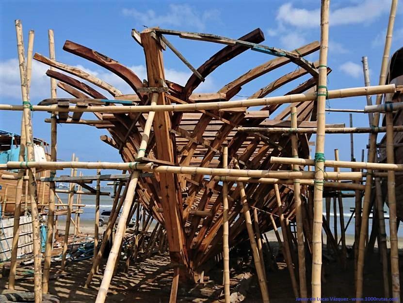 Reparación y fabricación de barcos en la playa de Manta