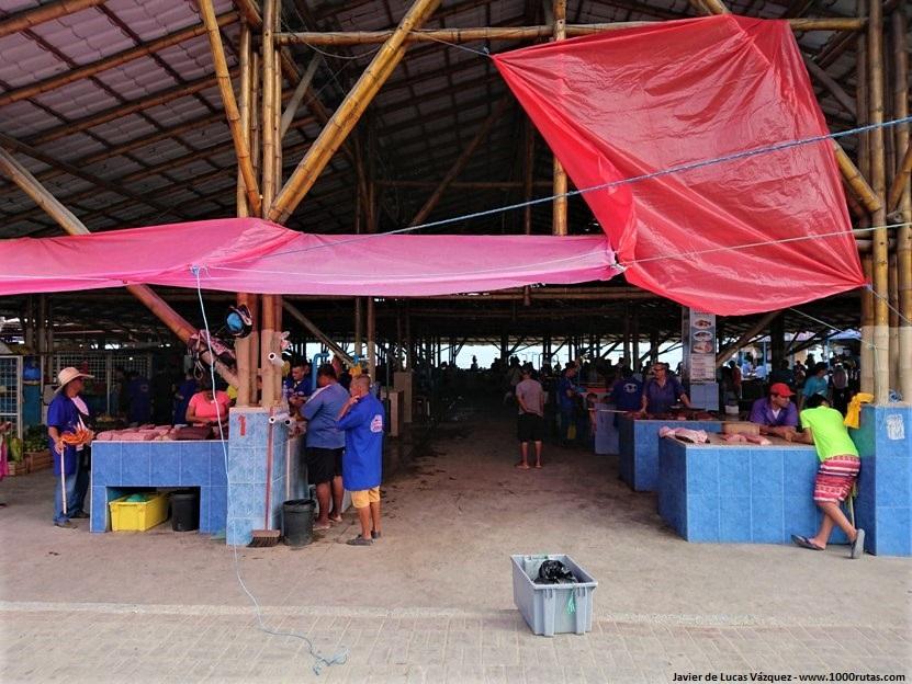 Lonja de Manta. Pescados recién capturados y también otros productos de campo