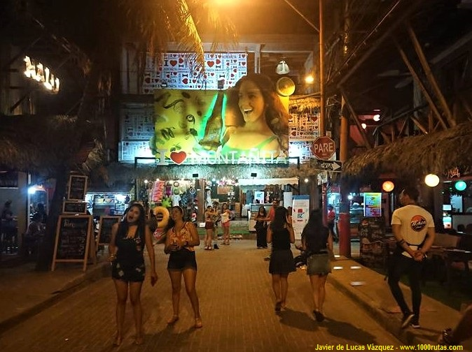 Montañita, en la península de Santa Elena es famoso por sus playas y sus de calles llenas de animados bares, discotecas y restaurantes.