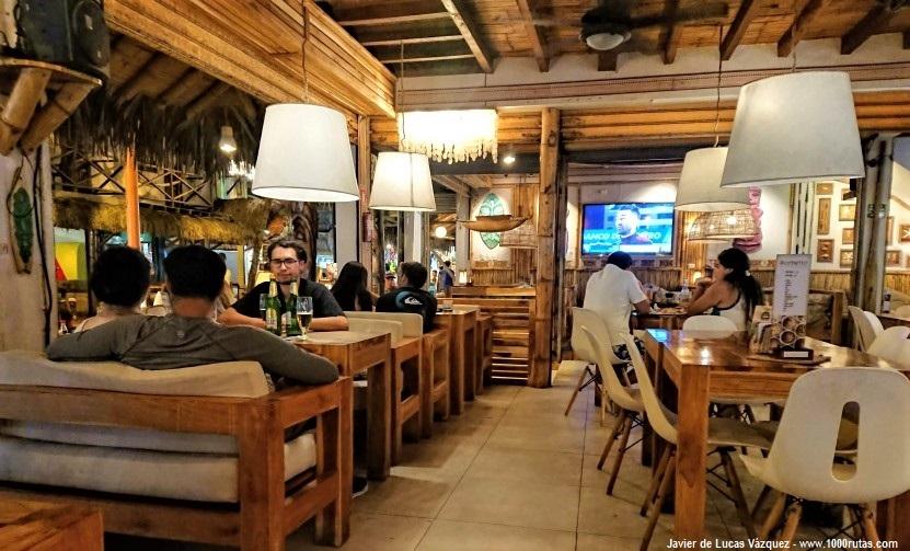 Cenando parrillada de mariscos en Montañita con mi amigo Pablo.