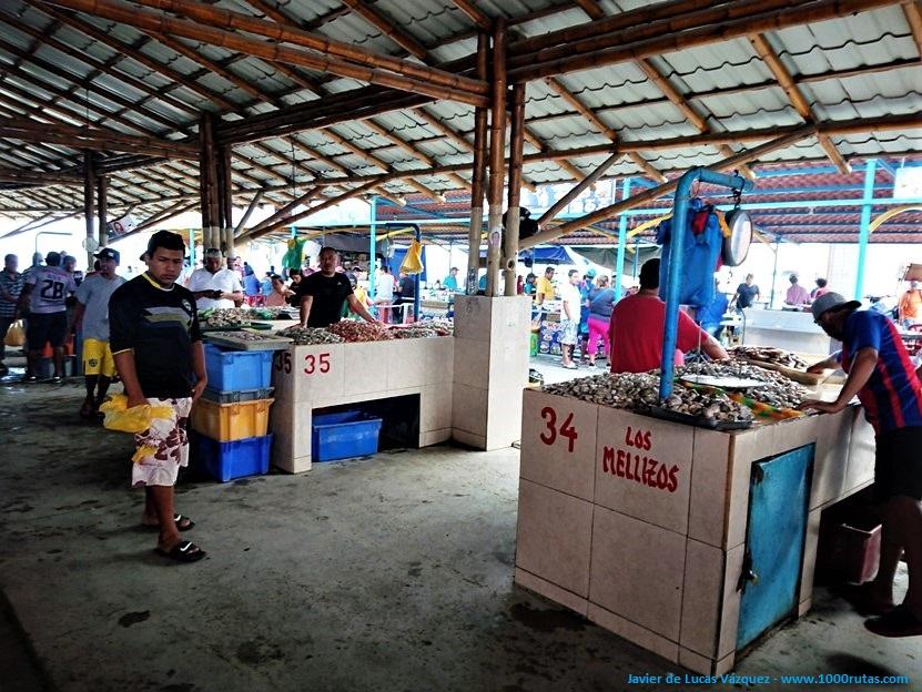 Pescaderos vendiendo sus productos de mar en la lonja de Manta