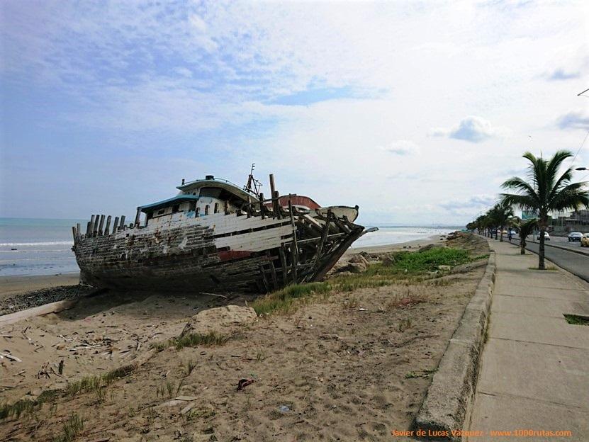 Barcos varados en la costa de Manta esperando reparación