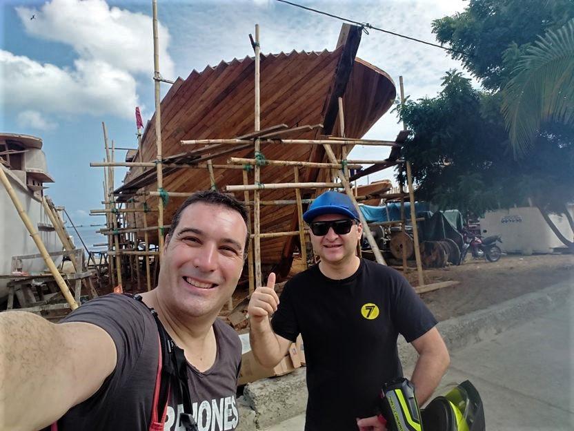 Con Pablo en la costa de Manta, junto a los barcos en reparación.