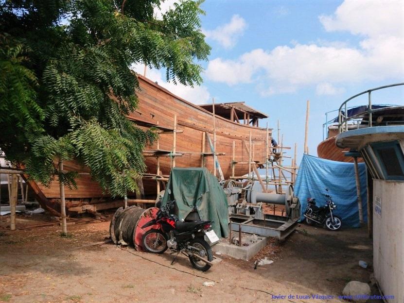 Sin diques secos, apuntalados sobre la arena se reconstruyen los cascos y se reponen loe elementos funcionales de los barcos.