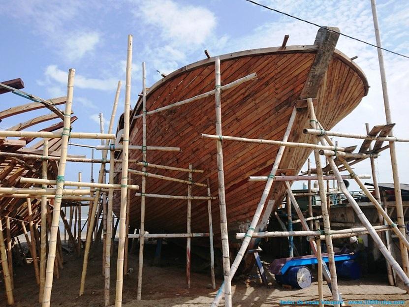 Con sencillas estructuras de bambú se organizan andamios con los que realizar los trabajos