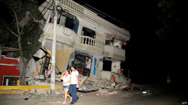 Algunos edificios colapsaron a 300 kilómetros del epicentro del terremoto, como este en Guayaquil
