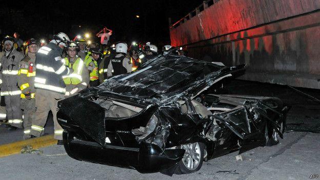 Los restos de un vehículo aplastado por el derrumbe de un puente en la capital del Guayas, la potente Guayaquil
