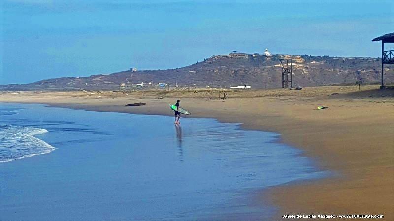 Surferos regresando a la playa junto a La Lobera